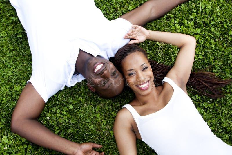 Pares africanos sonrientes felices imagenes de archivo