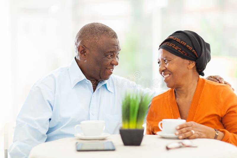 Pares africanos superiores que relaxam foto de stock