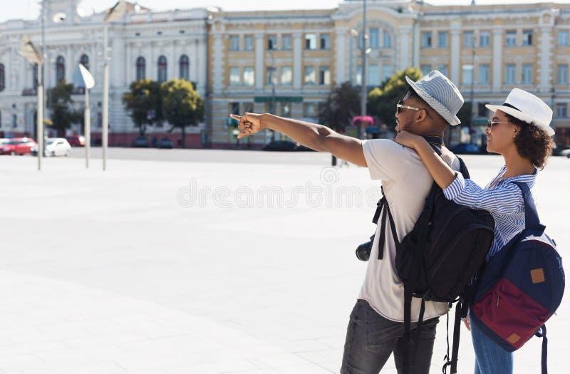 Pares afro-americanos de turistas que sightseeing na cidade nova fotos de stock