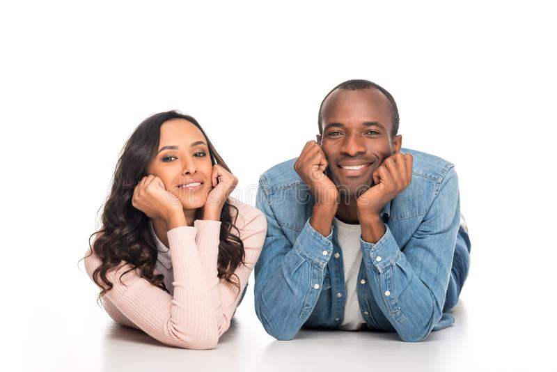 pares afro-americanos felizes bonitos que sorriem na câmera imagens de stock royalty free