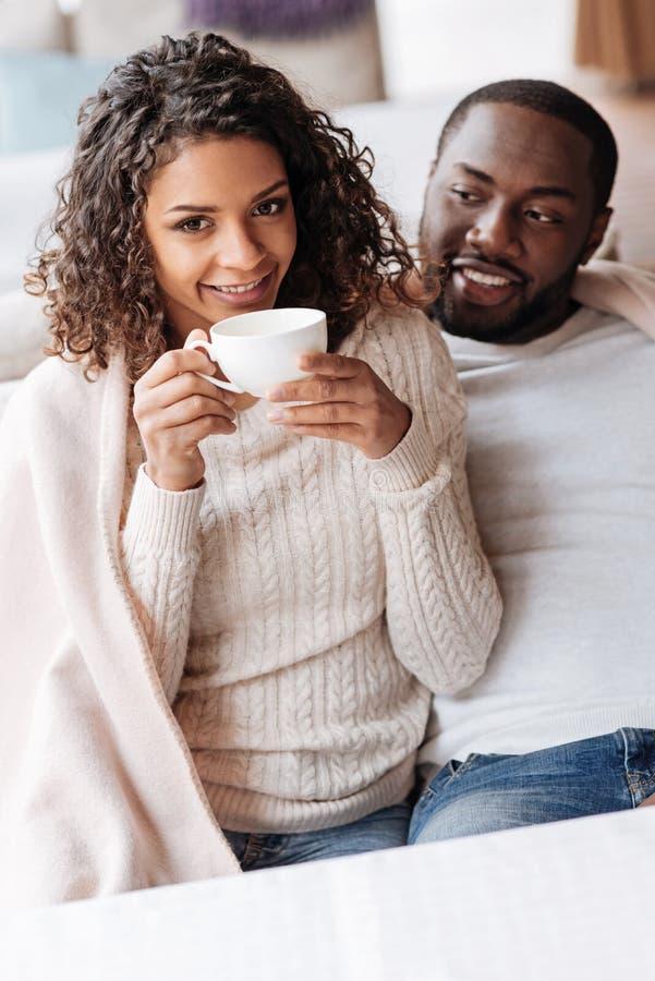 Pares afro-americanos positivos que têm o jantar no café imagens de stock royalty free