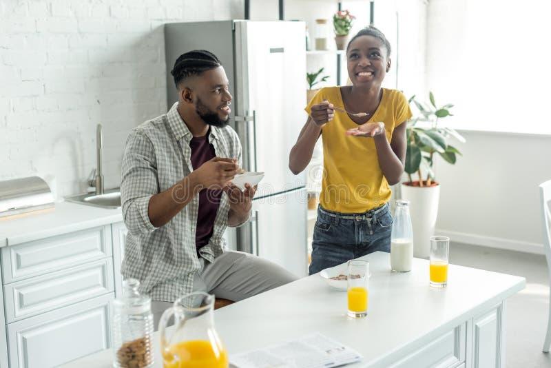 pares afro-americanos que comem flocos de milho com leite fotografia de stock royalty free