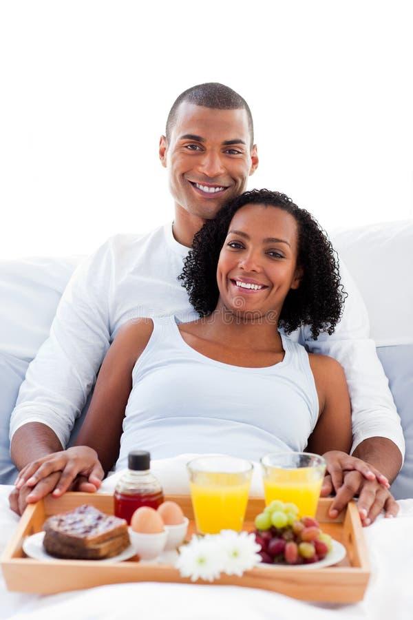 Pares afro-americanos que comem o pequeno almoço fotos de stock
