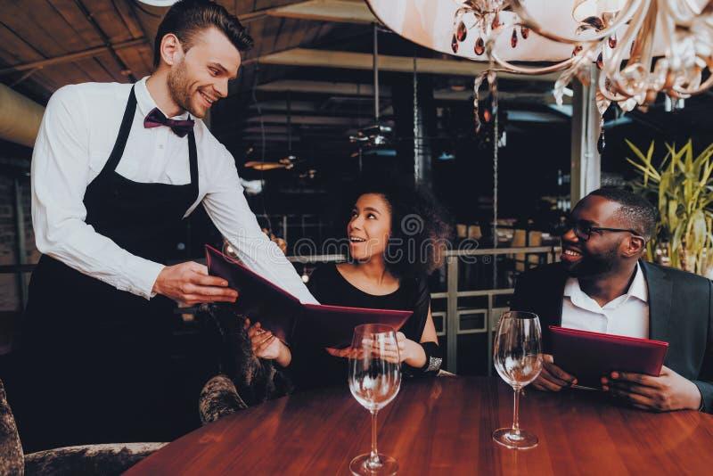 Pares afro-americanos que fazem a ordem no restaurante fotos de stock royalty free