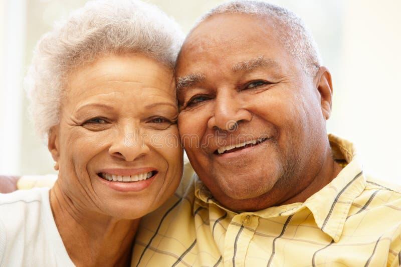 Pares afro-americanos superiores em casa fotografia de stock royalty free