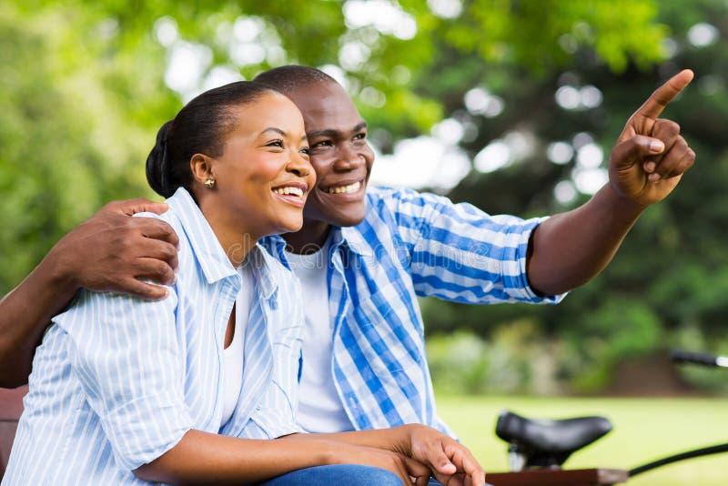 Pares afroamericanos al aire libre imagen de archivo libre de regalías