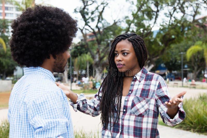 Pares afroamericanos con dificultades de la relación imagenes de archivo