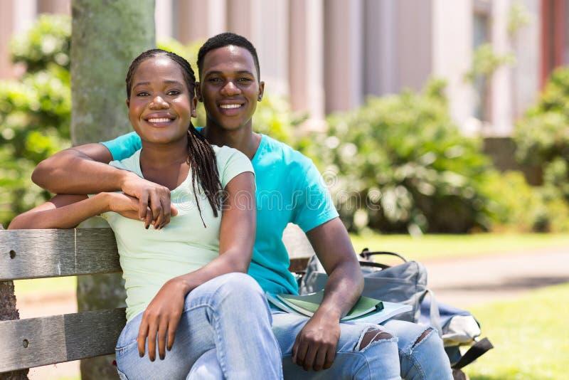 Pares afroamericanos de la universidad fotografía de archivo libre de regalías