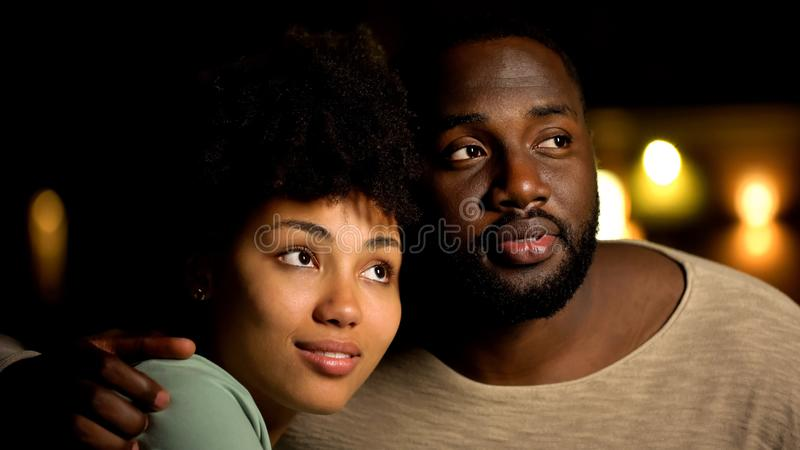 Pares afroamericanos hermosos que consideran junto el futuro brillante, perspectiva foto de archivo libre de regalías