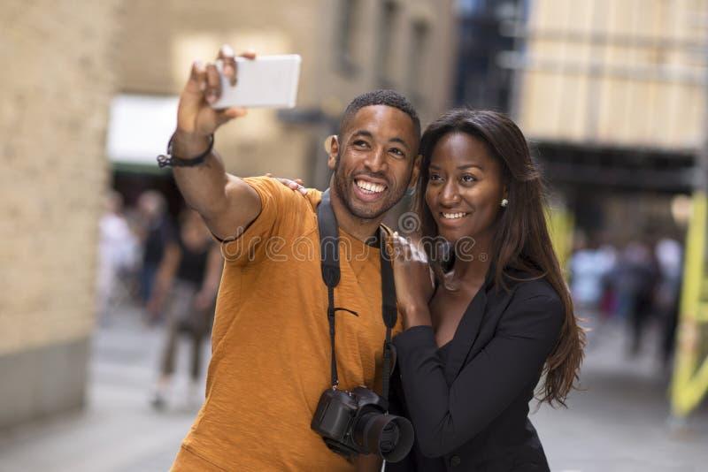 Pares afroamericanos jovenes que toman un selfie fotografía de archivo