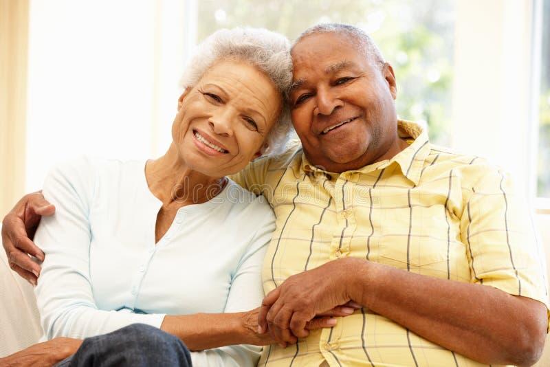 Pares afroamericanos mayores en casa fotos de archivo libres de regalías