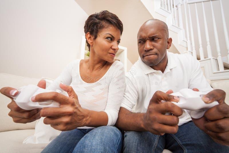 Pares afroamericanos que se divierten que juega al juego video de la consola fotografía de archivo