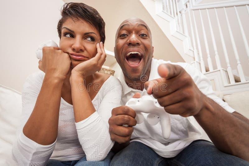 Pares afroamericanos que se divierten que juega al juego video de la consola fotografía de archivo libre de regalías