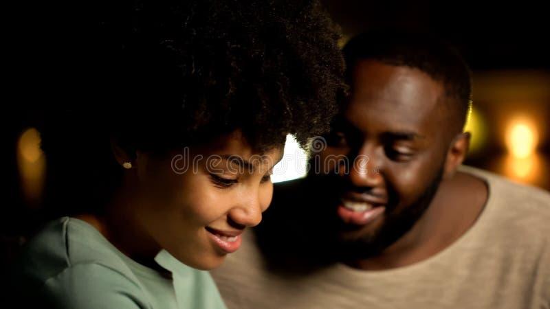 Pares afroamericanos tímidos fecha de la noche, sensaciones blandas, confianza y proximidad imagenes de archivo