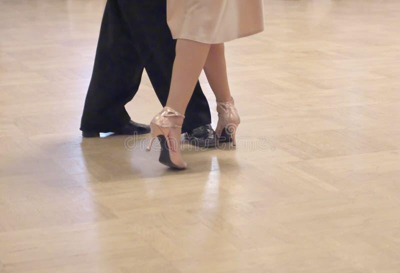 Pares agraciados de la danza tangoing en el salón de baile foto de archivo libre de regalías