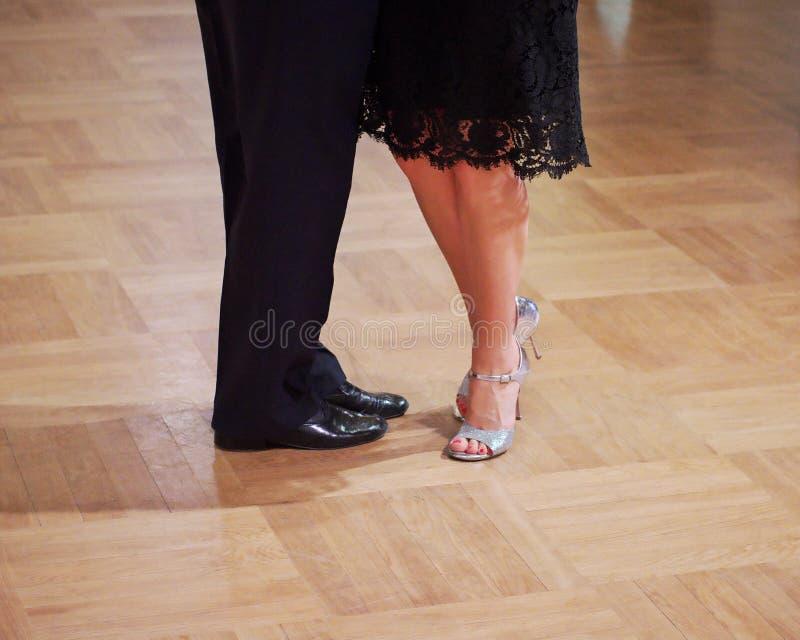 Pares agraciados de la danza tangoing en el sal?n de baile fotos de archivo