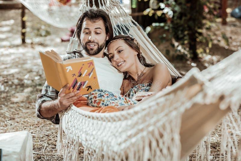 Pares agradáveis doces que encontram-se em uma rede foto de stock royalty free