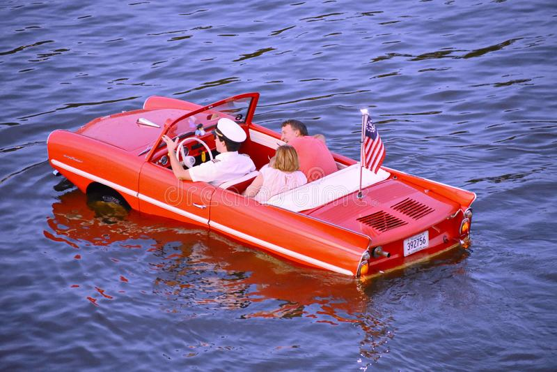 Pares agradables que tienen paseo rojo anfibio del coche de la diversión sobre el lago azul en el área de Buena Vista del lago fotos de archivo