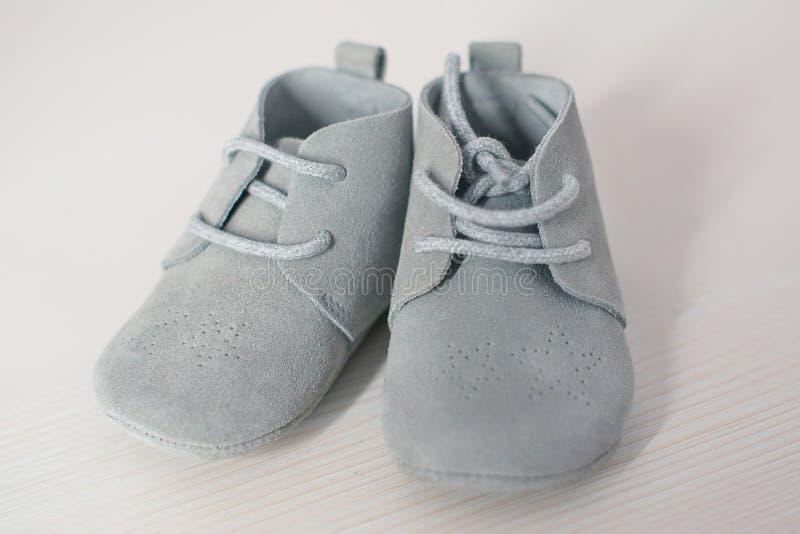 Pares aislados de zapatos de beb? azules del ante, calzado suave del zapato con cordones lindo de los ni?os ?nico imagen de archivo