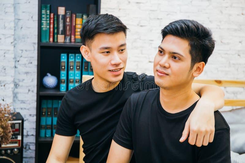 Pares alegres asiáticos que passam o tempo junto em casa Retrato de homem gay felizes - conceito homossexual do amor fotografia de stock