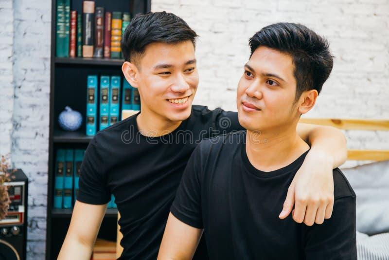 Pares alegres asiáticos que passam o tempo junto em casa Retrato de homem gay felizes - conceito homossexual do amor fotografia de stock royalty free