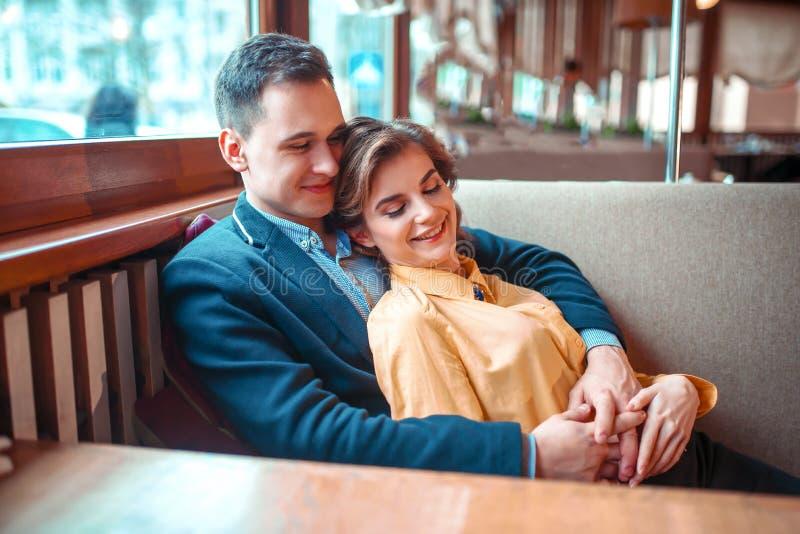 Pares alegres del amor en la fecha romántica fotografía de archivo libre de regalías