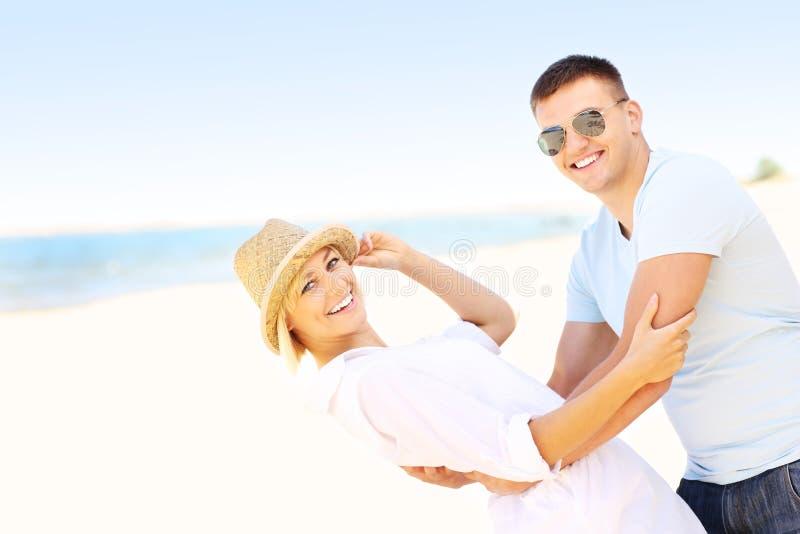 Download Pares alegres en la playa foto de archivo. Imagen de polonia - 42425722