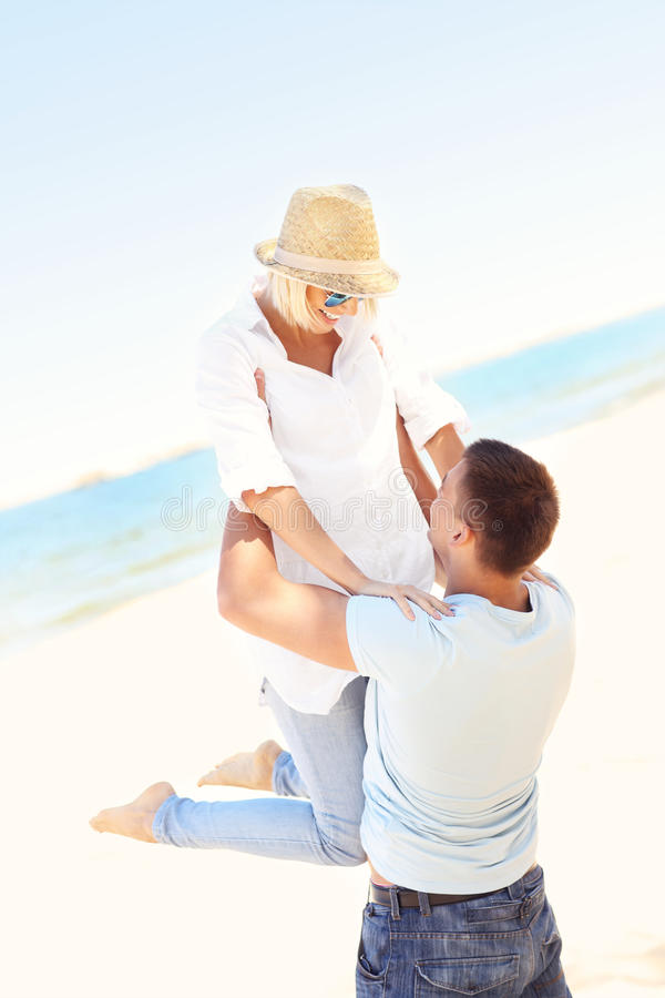 Download Pares alegres en la playa foto de archivo. Imagen de felicidad - 42425734