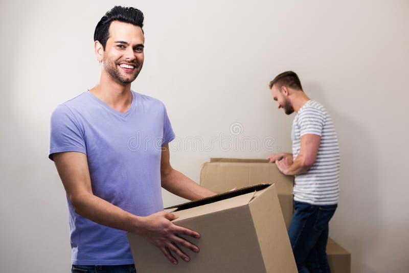 Pares alegres felizes que guardam caixas imagens de stock