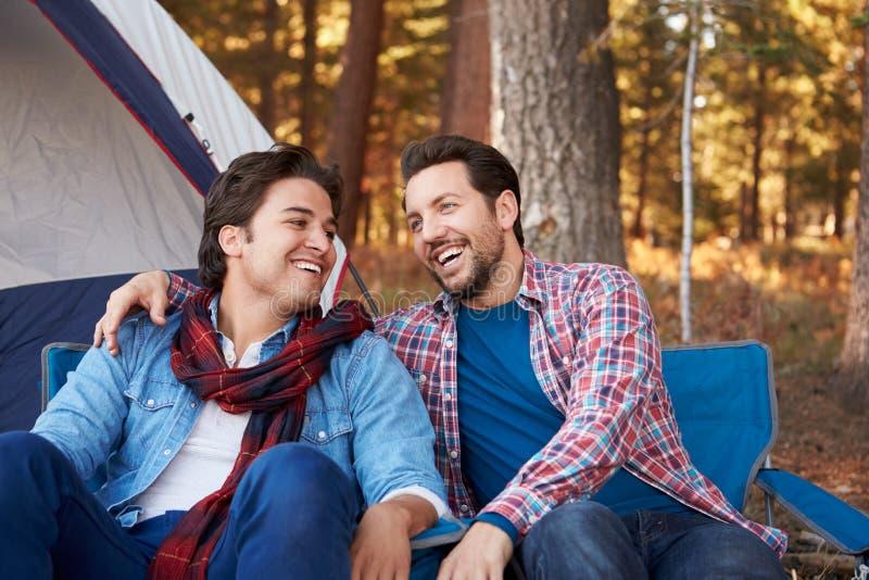 Pares alegres masculinos em Autumn Camping Trip imagens de stock