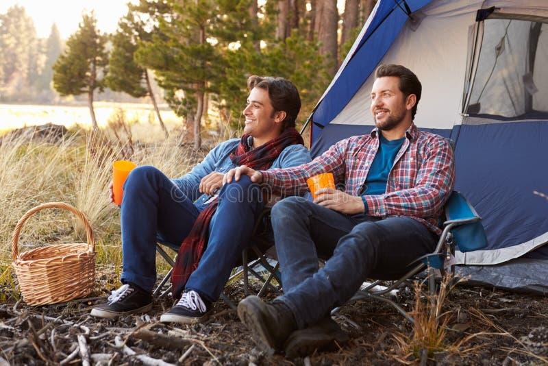 Pares alegres masculinos em Autumn Camping Trip foto de stock royalty free