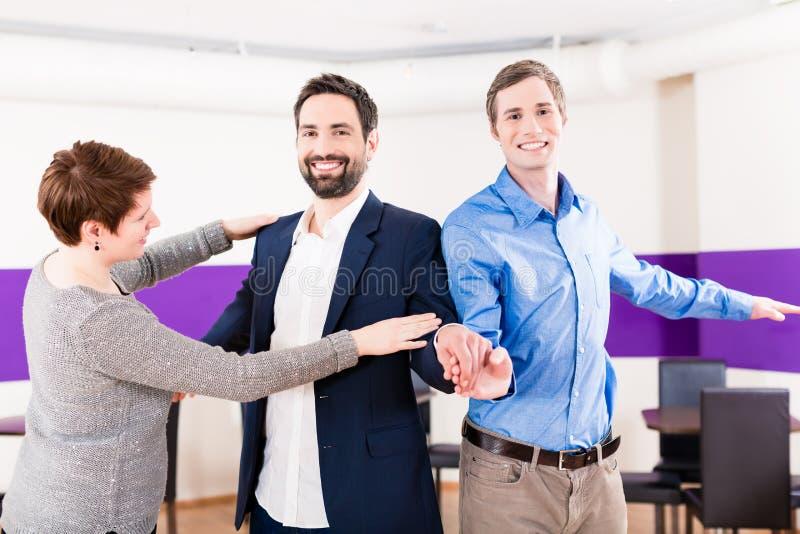Pares alegres na aprendizagem da classe de dança fotos de stock
