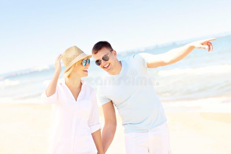 Download Pares Alegres Que Caminan A Lo Largo De La Playa Imagen de archivo - Imagen de concepto, amor: 42425807