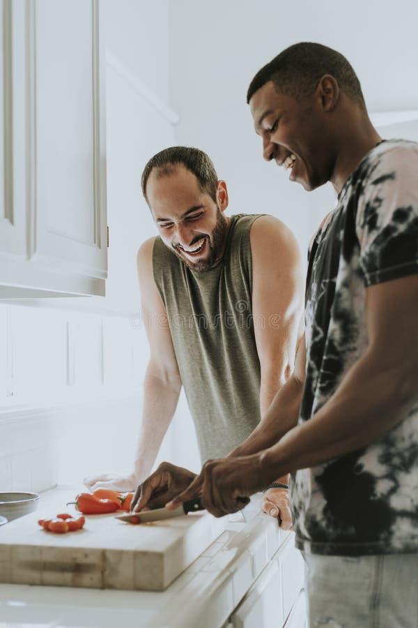 Pares alegres que cozinham na manhã fotografia de stock
