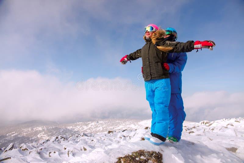 Pares alegres que disfrutan de vacaciones del invierno imágenes de archivo libres de regalías