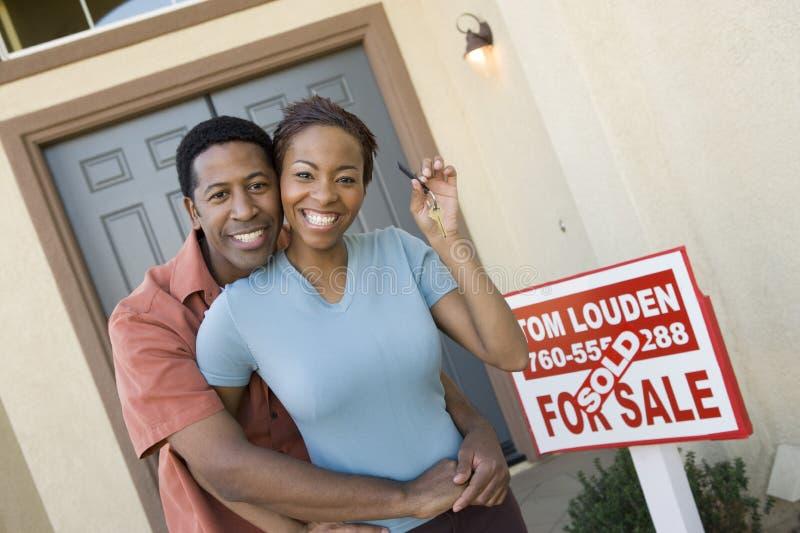 Pares alegres que guardaram chaves da casa fotografia de stock royalty free