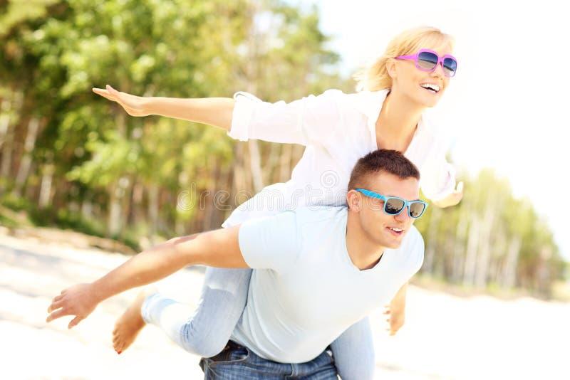 Download Pares Alegres Que Se Divierten En La Playa Foto de archivo - Imagen de vuelo, piggybacking: 42425410