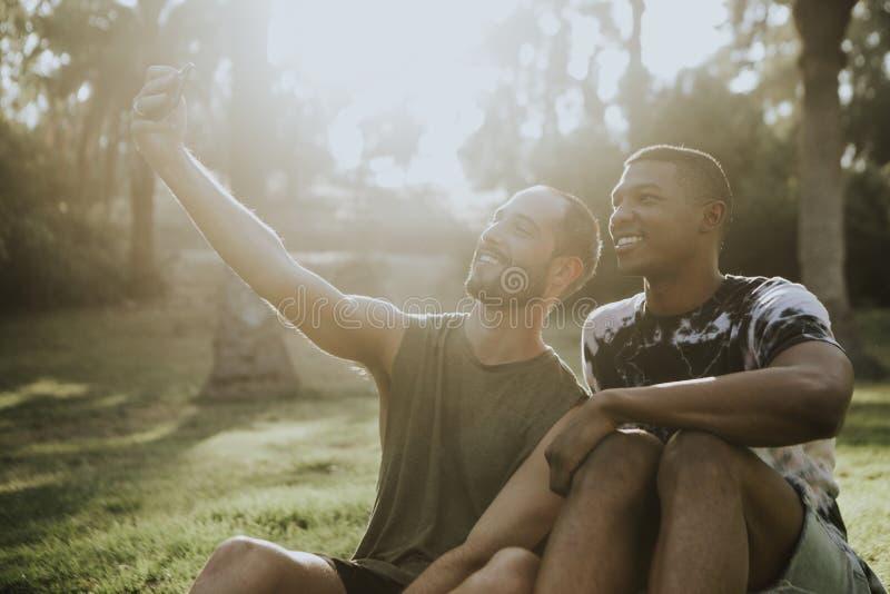 Pares alegres que tomam um selfie no verão foto de stock royalty free