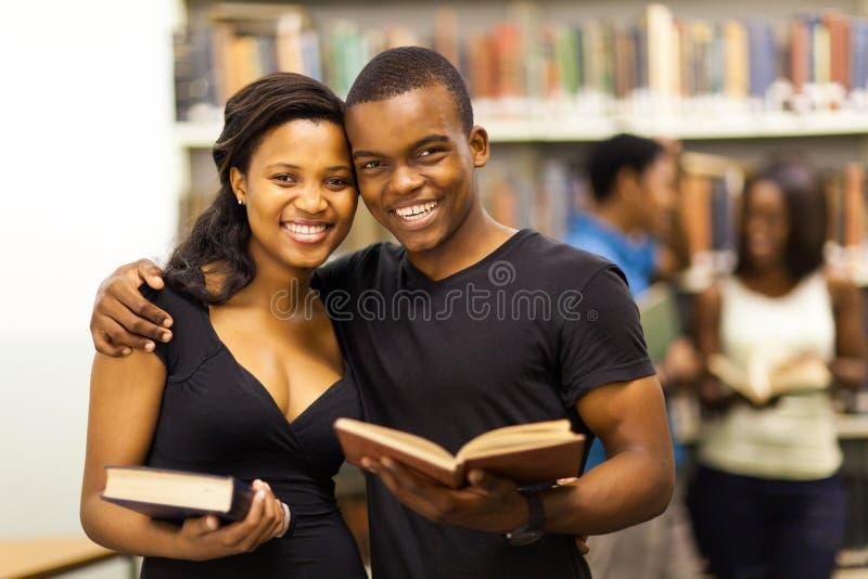 Pares americanos africanos da universidade fotos de stock royalty free
