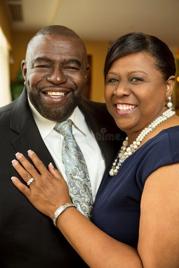 Pares americanos de Afrian que riem e que sorriem imagem de stock