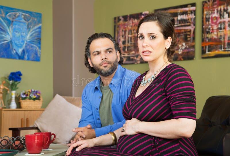 Pares ansiosos sobre a gravidez imagens de stock royalty free