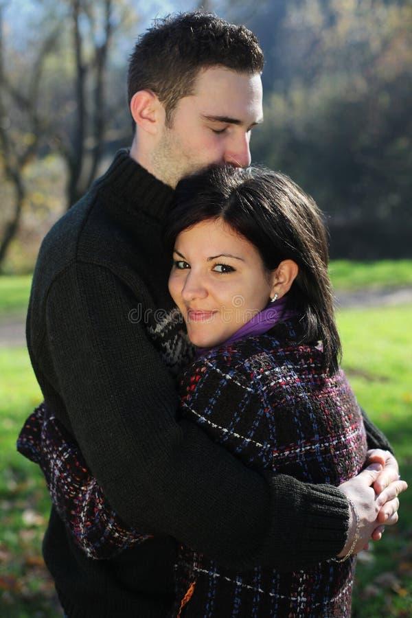 Download Pares Ao Ar Livre No Outono Foto de Stock - Imagem de amor, embrace: 16857376