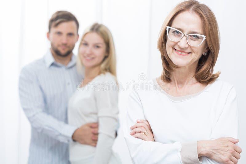 Pares após a terapia marital bem sucedida fotos de stock