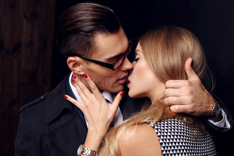 Pares apasionados sensuales hermosos historia de amor de la oficina imagen de archivo libre de regalías