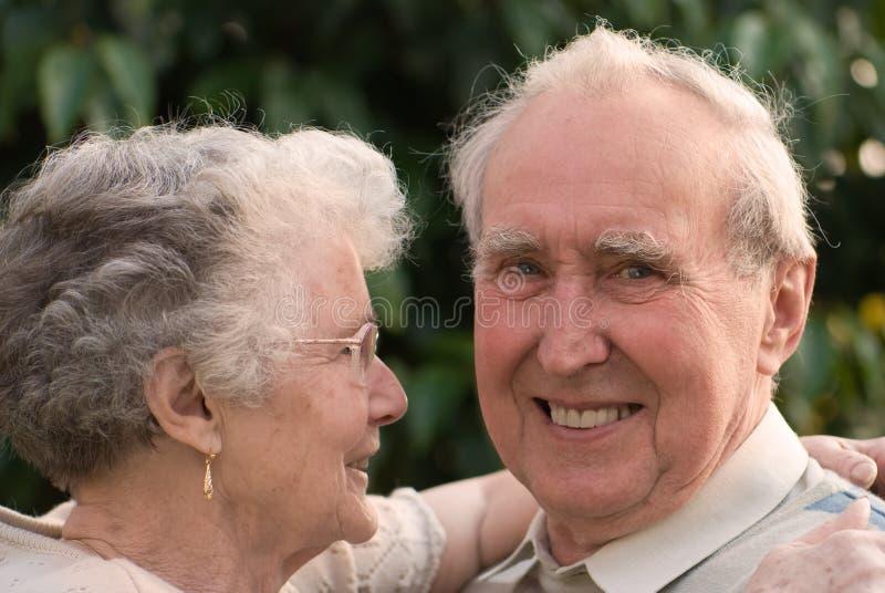 Pares aposentados de amor imagens de stock