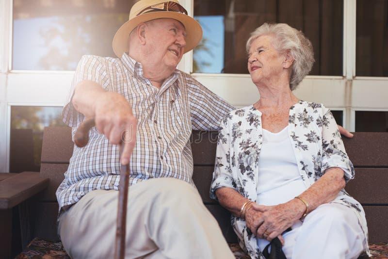 Pares aposentados felizes que têm uma ruptura fotografia de stock