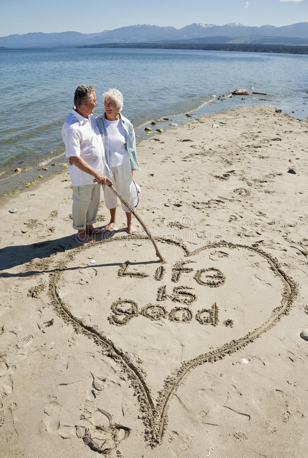 Pares aposentados na praia fotografia de stock