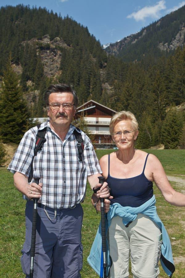 Pares aposentados que caminham nos alpes fotografia de stock royalty free