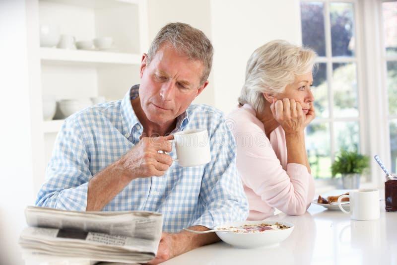 Pares aposentados que comem o pequeno almoço imagem de stock royalty free