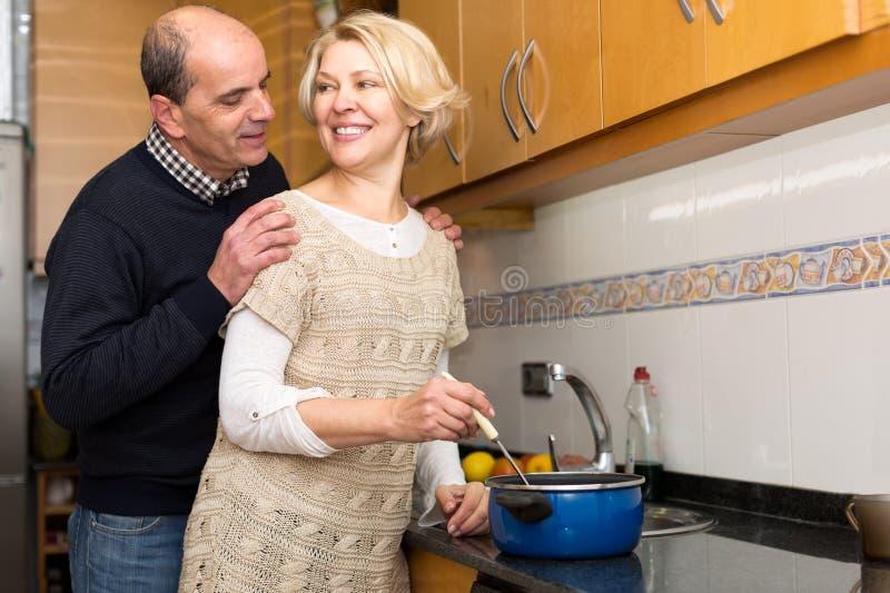 Pares aposentados que cozinham a sopa imagem de stock royalty free